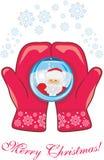 Mitaines rouges avec une boule en verre Carte postale de Noël photo stock