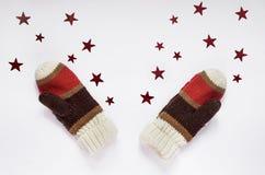 Mitaines tricotées sur le fond blanc avec des étoiles Photographie stock