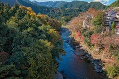 Mitake-Stadt und Tama-Fluss in der Herbstsaison Lizenzfreies Stockbild