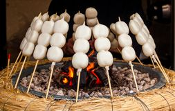 Mitarashi Dango auf Feuer stockfotos