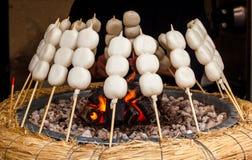 Mitarashi Dango su fuoco Fotografie Stock