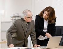 Mitarbeiter, der auf Überwachungsprogramm hört Lizenzfreies Stockfoto