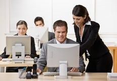 Mitarbeiter, der auf Überwachungsprogramm hört Stockbild