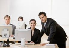 Mitarbeiter, der auf Überwachungsprogramm hört Lizenzfreie Stockfotos