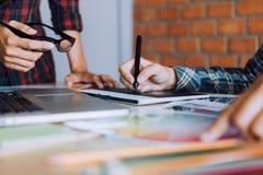 Mitarbeiter, der mit Grafikdesign im Büroraum zusammenarbeitet stockfotografie