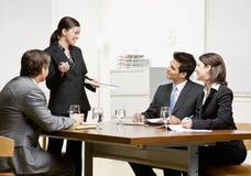 Mitarbeiter, die auf Überwachungsprogramm hören Lizenzfreie Stockfotos