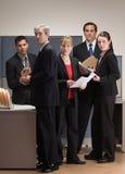 Mitarbeiter, die in der Zelle sich treffen und arbeiten Lizenzfreie Stockfotografie