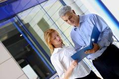 Mitarbeiter, die Dokumente wiederholen Lizenzfreie Stockfotos
