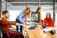 Mitarbeiter, die ein Automodell entwerfen stockfotos