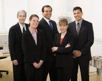 Mitarbeiter, die im Büro aufwerfen Lizenzfreies Stockfoto