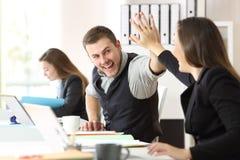 Mitarbeiter, die Leistung im Büro feiern lizenzfreie stockfotos