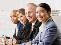 Mitarbeiter, die während der Sitzung hören Lizenzfreie Stockbilder