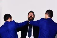 Mitarbeiter entscheiden nach bester Position Geschäftsopposition und Wettbewerbskonzept stockfotos