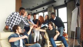 Mitarbeiter feiern erfolgreichen Vertrag des Unternehmens Gutes Abkommen stock footage