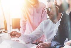 Mitarbeiter-Geschäftstreffen-Prozess Sunny Modern Office Schach stellt Bischöfe dar Gruppen-junge Leute, die zusammen Start bespr lizenzfreies stockfoto