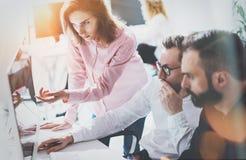 Mitarbeiter-Geschäftstreffen-Prozess Sunny Modern Office Schach stellt Bischöfe dar Gruppen-junge Leute, die zusammen Start bespr stockbild
