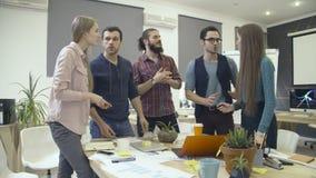 Mitarbeiter haben eine Diskussion um Tabelle stock video