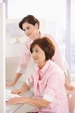 Mitarbeiter im Büro lizenzfreie stockfotos