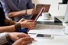 Mitarbeiter mit einer Tablette Lizenzfreie Stockbilder