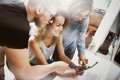 Mitarbeiter Team Modern Office Place Kundenbetreuer bearbeiten neue Geschäfts-Ideen-Start-Darstellung Frauen-rührende Hand lizenzfreie stockfotografie