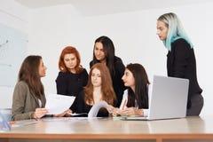 Mitarbeiterteam an den Geschäftsfrauen stockbilder