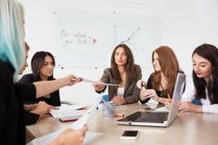 Mitarbeiterteam an den Geschäftsfrauen stockfotografie