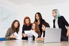 Mitarbeiterteam an den Geschäftsfrauen stockfotos
