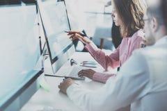 Mitarbeiterteam im modernen Büro Projektleiter bearbeiten neue Idee Junge Geschäftsmannschaft, die mit Startstudio arbeitet schre Lizenzfreie Stockfotografie