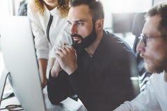 Mitarbeiterteamfoto im modernen Büro Projektleiter bearbeiten neue Idee Junger Geschäftsmannschafts-Diskussionsstart schreibtisch Stockbilder