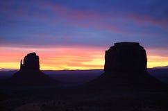 Mitene e Merrick Buttes Sunrise do leste, vale do monumento Fotos de Stock Royalty Free