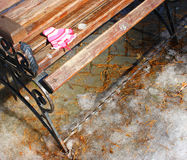 Mitenes/luvas pequenos do bebê que penduram por uma linha no dia de inverno abaixo Fotografia de Stock