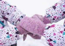 Mitenes na neve Gêmeos na caminhada do inverno Imagem de Stock Royalty Free