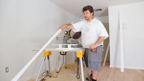 Miter Zobaczył na budowie z pracownikiem w kontrahentów uses ciąć i żyłować kółkowego saw zbiory wideo