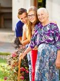 Mitfühlende Enkelkinder Stockfoto