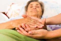 Mitfühlende Krankenschwester Holding Hands Stockfotos