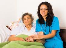 Mitfühlende Krankenschwester Holding Hands Stockbilder