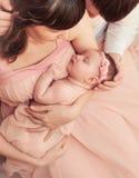 Mitfühlende liebevolle Eltern, die nettes schlafendes kleines Baby halten Lizenzfreie Stockfotografie