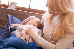 Mitfühlende Mutter, die ihre childs Nase durchbrennt Lizenzfreie Stockfotos