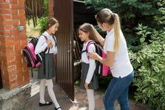 Mitfühlende Mutter, die weg von ihren Töchtern zur Schule sieht Lizenzfreies Stockfoto