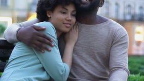 Mitfühlender Ehemann, der die Frau, extrem glücklich, mit ihr, Geliebte, Sorgfalt zu sein streicht stock footage