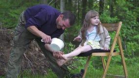 Mitfühlender Vater zur Tochter stock footage