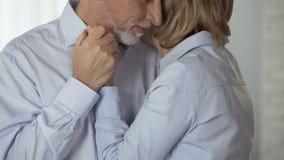 Mitfühlendes älteres Paarumarmen, einander betrachtend, Familienwerte, Glück stock video