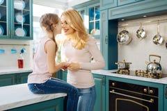 Mitfühlendes Mutterhändchenhalten mit ihrer Tochter Stockfoto