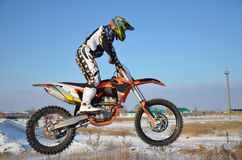 Mitfahrer auf Fahrrad für Motocross fliegt über Hügel Stockfotografie