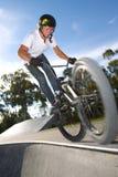 Mitfahrer des Freistils BMX, der einen Trick tut Stockfotografie