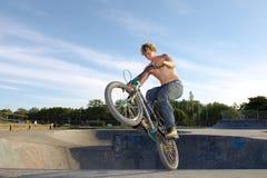 Mitfahrer des Freistils BMX, der einen Trick tut Lizenzfreies Stockfoto