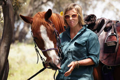 Mitfahrer des weiblichen Pferds lizenzfreies stockfoto