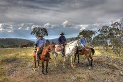 Mitfahrer mit drei Mitfahrern auf einem Berg Lizenzfreie Stockbilder