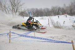 Mitfahrer Snowmobile beschleunigt sich von der scharfen Kurve Lizenzfreie Stockfotos
