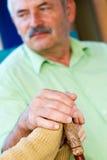 Mitfühlende Hände auf Spazierstock Stockbilder